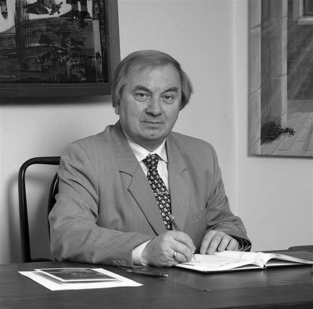Zdjęcie przedstawia Stanisława Dziedzica siedzącego w gabinecie.